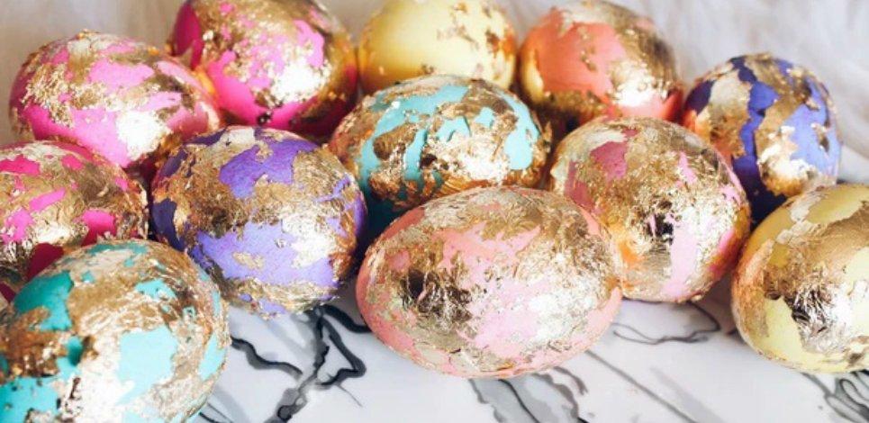 Фото для материала: Как украсить яйца золотой фольгой