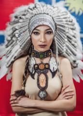 фото Белый индейский Роуч из меха и перьев