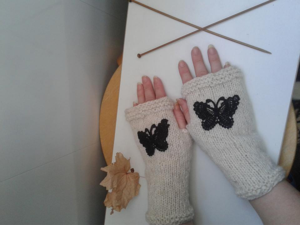 фото Вязаные митенки с пришитыми бабочками
