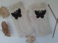 фотография Вязаные митенки с пришитыми бабочками