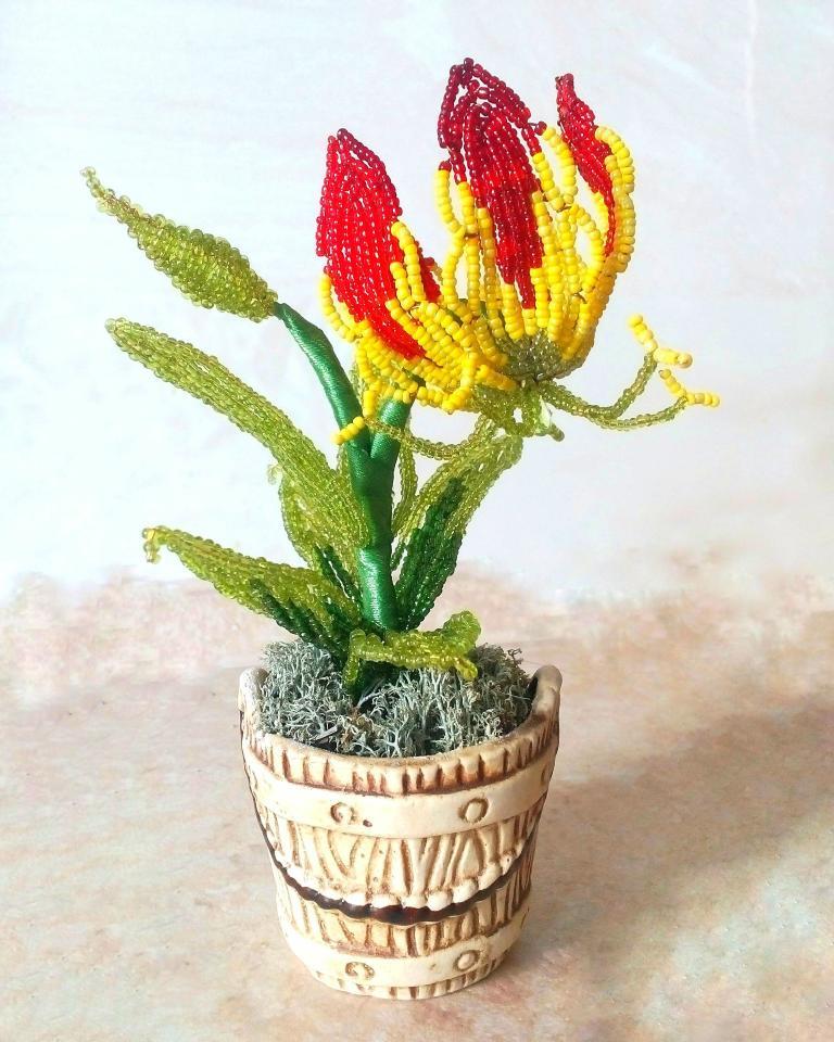 фото Цветок Глориоза из бисера