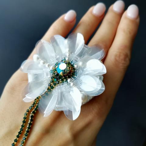 Брошь белый цветок